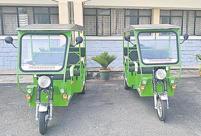 E-Rickshaw Make Debut on Hyderabad Central University Campus - Sakshi