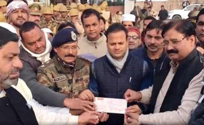 Muslims Gives 6 Lakh Cheque To UP Govt As Damage Compensation - Sakshi