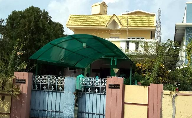 Gold, silver jewellery and cash stolen from house of Ramanaidu kin in Karamchedu - Sakshi
