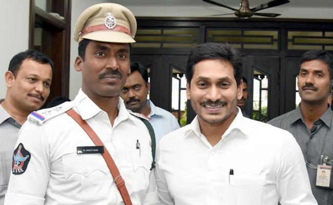 CM Jagan Appreciates Traffic SI Arjuna Rao - Sakshi