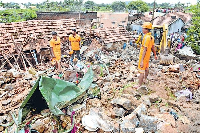 17 Dead In Tamil Nadu Rains in wall collapse - Sakshi
