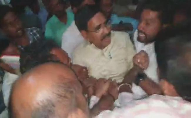 Student Leaders Protest On TDP Narayana In Anantapur - Sakshi