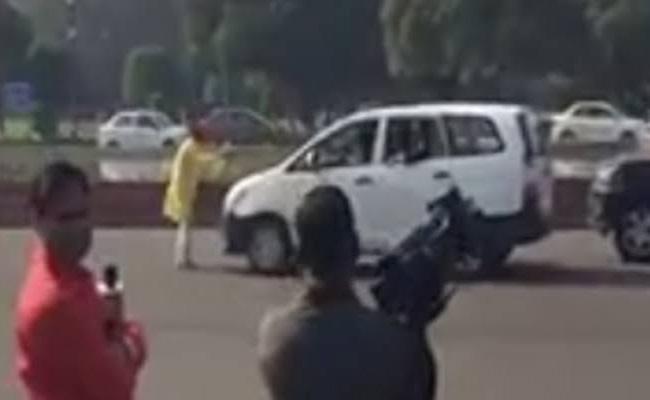 Man approaches Rajnath Singh convoy - Sakshi