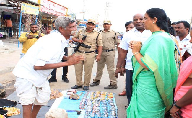 Sabitha Reddy Wish to Road Side Old Man in Tukkuguda - Sakshi
