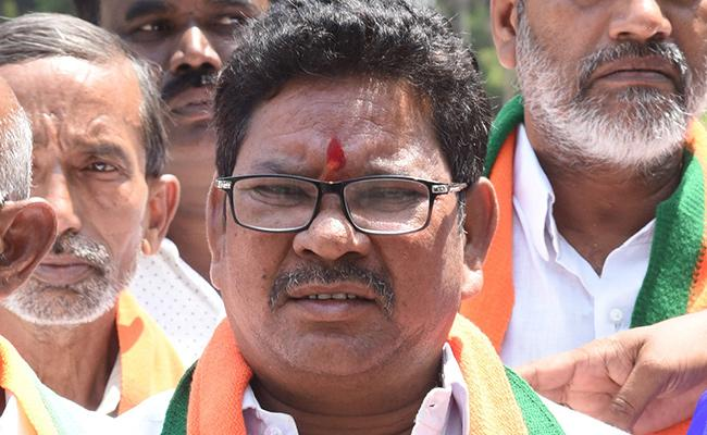 BJP MP Soyam Bapurao Comments On TRS Leaders - Sakshi