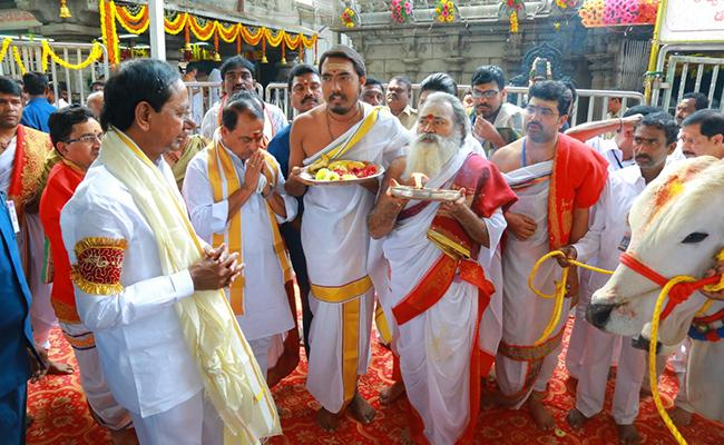 CM KCR Along With Family Performs Pooja At Vemulawada Temple  - Sakshi