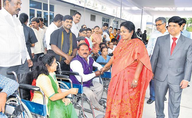 Tamilisai Soundararajan Appreciation Of Disabled At Raj Bhavan - Sakshi