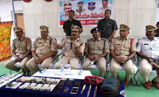 Peddapalli Police Who Caught Kidnappers Through an ATM - Sakshi