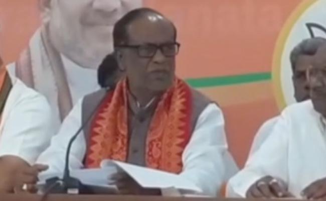 BJP Laxman Said KCR Doing Like A Ghajini - Sakshi