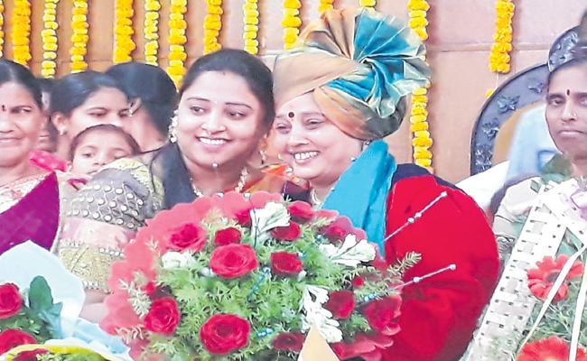 Telugu woman as mayor of Sholapur - Sakshi