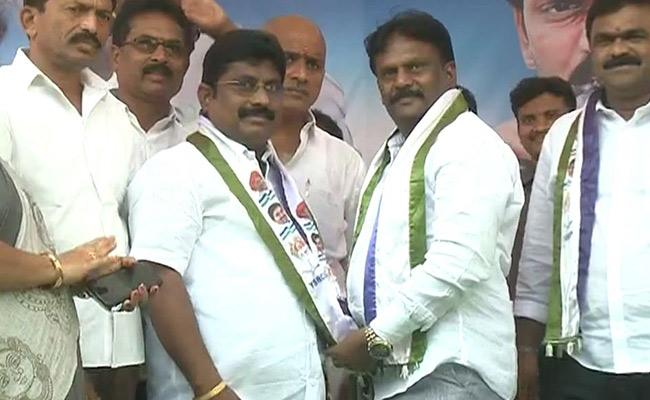 TDP Activists Join YSRCP In Jangareddygudem - Sakshi