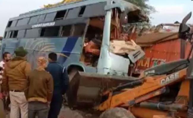 Bus And Truck Collide in Madhya Pradesh Rewa - Sakshi