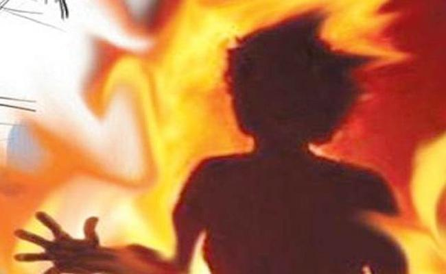 Young Man Commits Suicide For Children in Prakasam - Sakshi