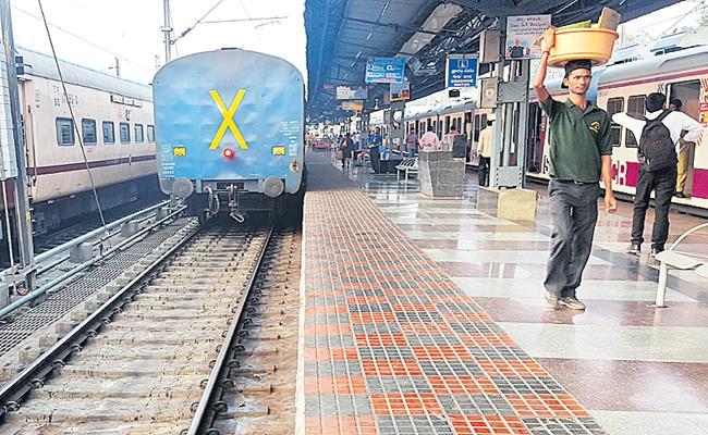 Wandering of rats under train rails - Sakshi