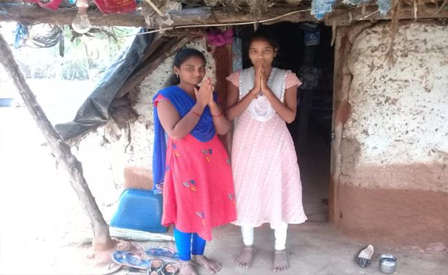 Two Young Sisters Are Become Orphans After Parents Died In Karimnagar - Sakshi