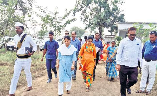 Collector Ayesha Tells Don't Migrate Will Provide Employment - Sakshi