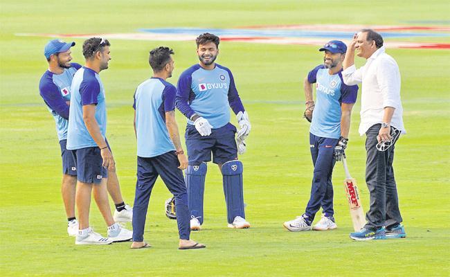 Mohammad Azharuddin Meet Team India in Uppal Stadium - Sakshi