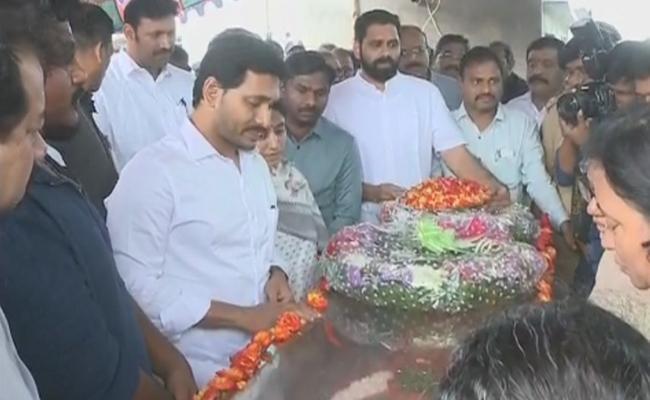 YS Jagan Pays Tributes To Narayana - Sakshi