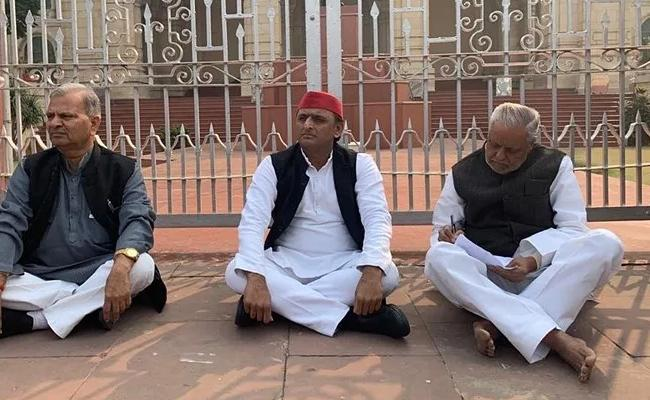 Akhilesh Yadav Protest Against Unnao Victim Murder - Sakshi