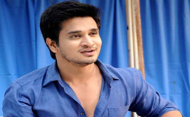 Hero Nikhil Responded By Selling Piracy CDs On Roads - Sakshi