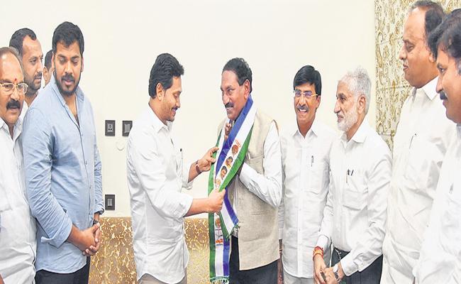 Beeda Masthan Rao Joins YSRCP in the presence of CM YS Jagan Mohan Reddy - Sakshi