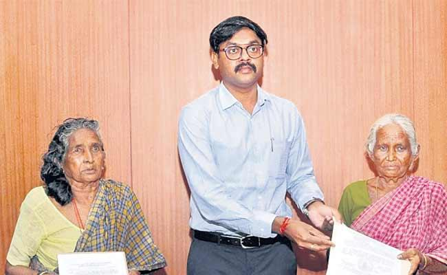 Tamil Nadu Sisters Who Lost Rs 40K In Note Ban Get Monthly Pension - Sakshi