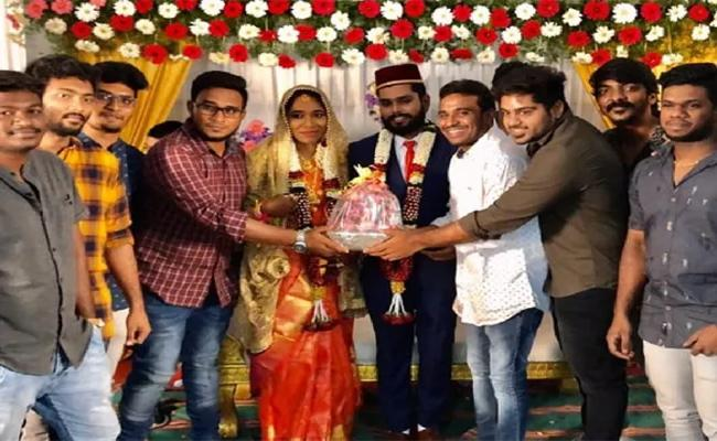 Couple Gets A Bouquet Of Onions For A Wedding Gift In Chennai - Sakshi