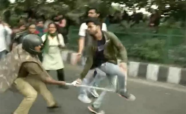 Police Resorted To Lathicharge After A Clash With Protesting JNU Students - Sakshi