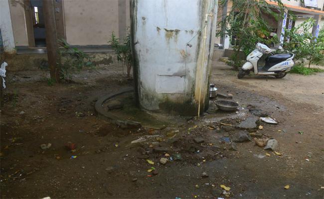 నయాబజార్ పాఠశాలలో ట్యాంకు వద్ద అపరిశుభ్రత - Sakshi