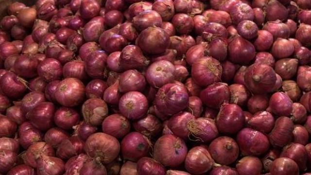 Wholesale Onion Prices Ease In Delhi - Sakshi