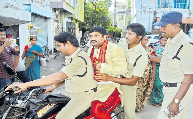 Bank manager arrested for cheating a women - Sakshi