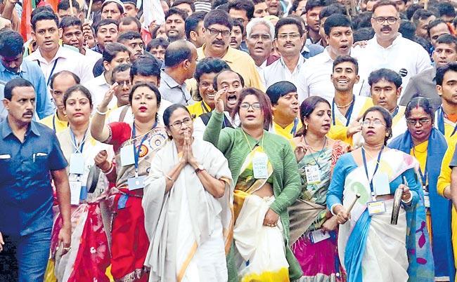 Mamata Banerjee says will fight against CAA, NRC alone - Sakshi
