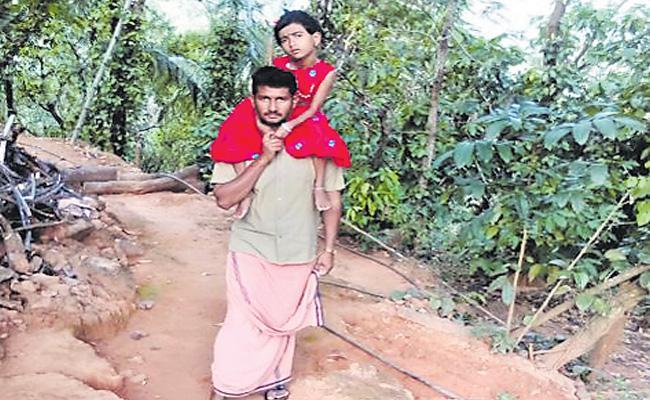 Father Struggling To Save His Daughter At Kerala - Sakshi