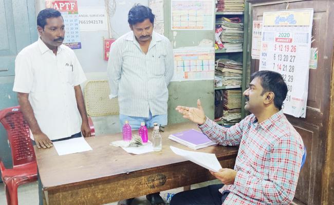 Survey Officials Caught to ACB Demanding Bribe in Guntur - Sakshi