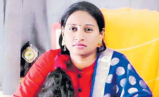 CM KCR Appreciates Duggondi MPDO Gunti Pallavi - Sakshi