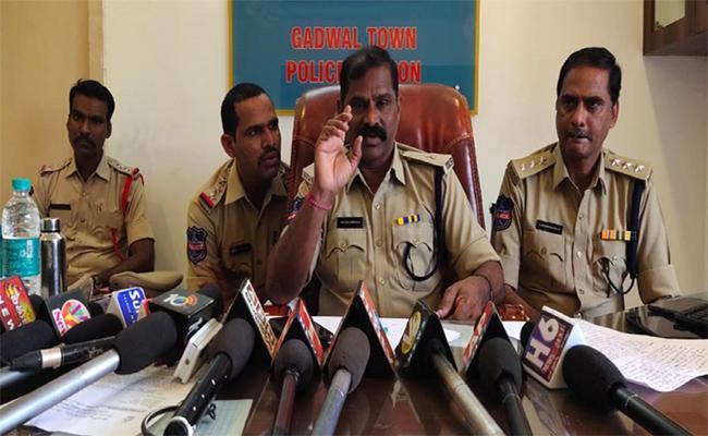 Person Murdered In Gadwal - Sakshi