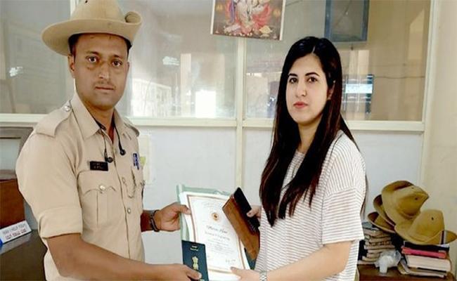 Karnataka Police Constable Helps Kashmir Woman Missing Documents - Sakshi