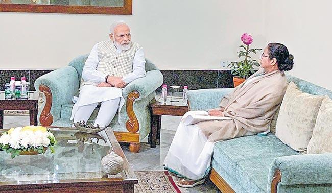 Prime Minister Modi meets Bengal CM Mamata Banerjee in Kolkata - Sakshi