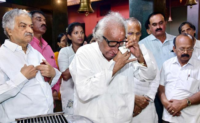 Janardhana Poojary  prays for rumours of Oscar Fernandes health - Sakshi