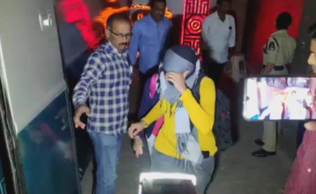 Hyderabad Police Raid On Pub At jubilee Hills - Sakshi