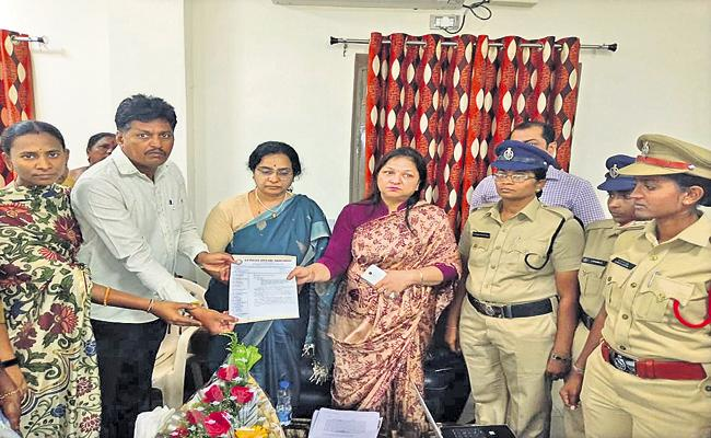 Women police who works in Amaravati Comments about  TDP Leaders - Sakshi