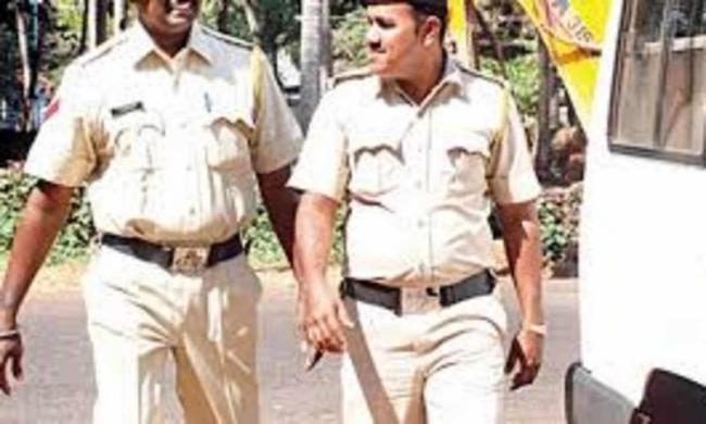 Drunk Men Clash With Policemen In Goa - Sakshi
