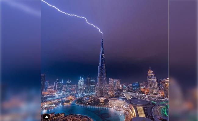 Lightning Struck The Top Of The Burj Khalifa In Dubai - Sakshi
