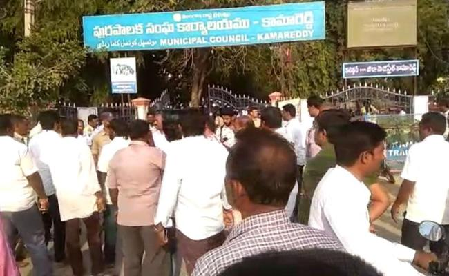BJP Activist Protest At Municipal Nomination Center In Kamareddy - Sakshi