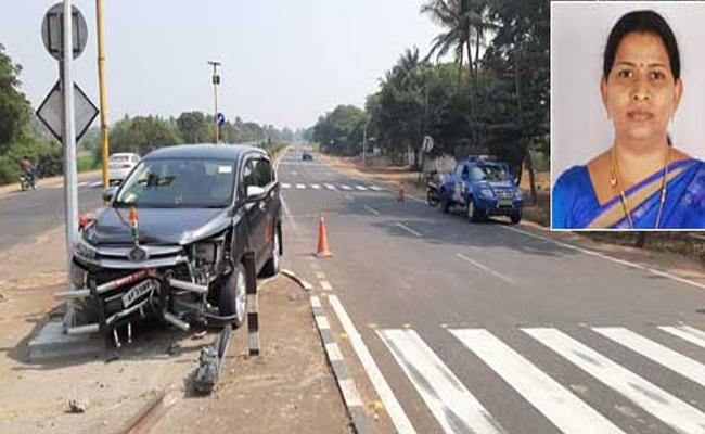 Minister Taneti Vanitha Vehicle Met An Accident In West Godavari - Sakshi