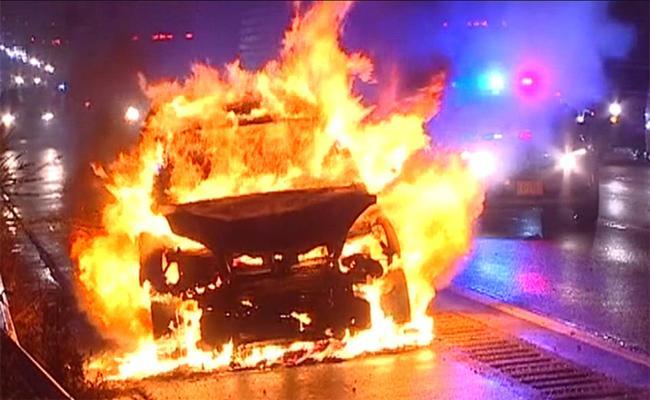 14 Cars Burned In Fire In Delhi - Sakshi