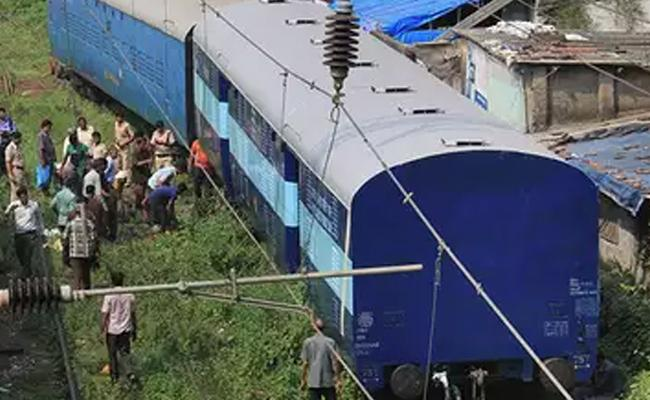 Fog Leads To Train Accident Near Cuttack Several Injured - Sakshi