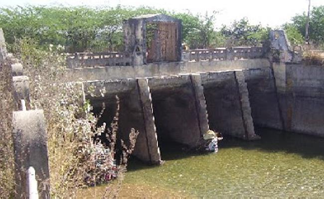 Two Young Sters Missing Due To Fall Into Kakatiya Canal In jagtial - Sakshi