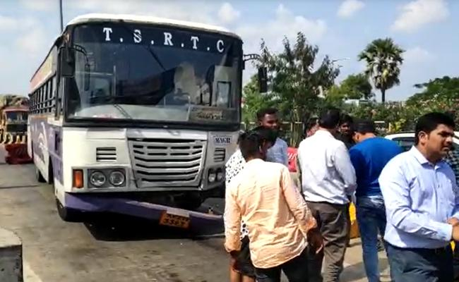 RTC Bus Creates Ruckus At Toll plaza - Sakshi