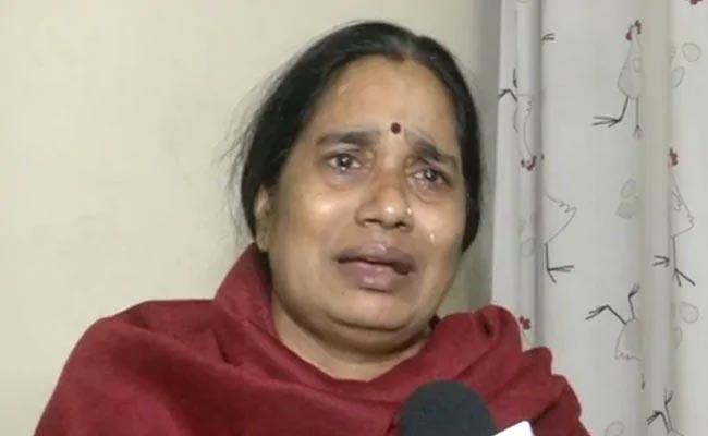 Nirbhaya Mother Breaks Down And Slams Political Parties - Sakshi
